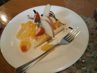 ケーキと果物の盛り合わせ
