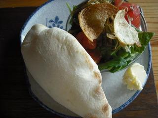 カリカリジャコサラダとピタパン