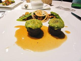 パセリのクルートをのせた仔羊背肉のロースト きのこと野菜のエチュベ ボルドー風