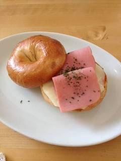 ハムチーズのベーグル