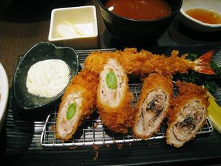 アスパラや梅肉をお肉で巻いたものと海老フライの定食