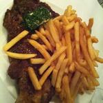 牛リブロースステーキとフライドポテト