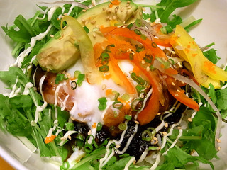 温泉卵とアボカドのネギトロ丼