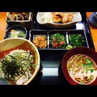三味丼(納豆マグロ野沢菜) <鶏竜田揚げ、お新香、ごはん、小鉢>