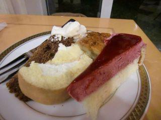 人気のロールケーキとカシスのムースケーキ