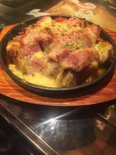 自家製ベーコンとチーズの鉄板焼き
