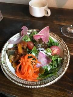 季節の野菜の具だくさんサラダ