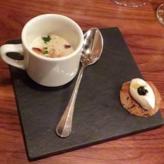 そばの実とポロ葱のスープ、帆立貝のポワレと海藻風味の一口ガレット、カリフラワーのムース、フランス産キャビア添え