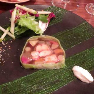 ドーバー海峡産オマール海老と有機野菜のテリーヌ仕立て、エストラゴンとわさびのクーリー添え