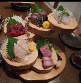 サシがとろける!極上京都牛を炙り焼で。お造り階段盛りはたっぷり5種。