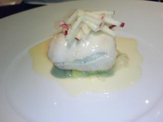 白身魚の包み、クリームソース添え、りんごをのせて