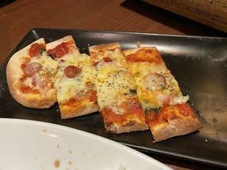 ベーコンと粗挽きウインナーの手作りミックスピザ