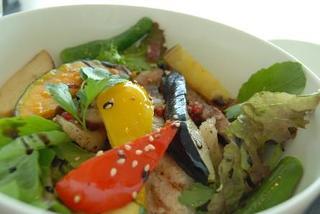彩り野菜と自家製豚塩漬け網焼き丼