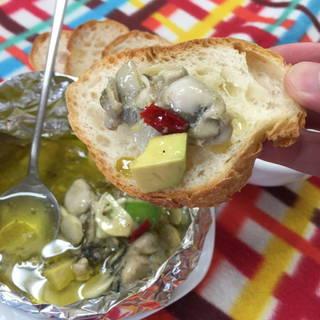 牡蠣とアボガドのガーリックアヒージョ