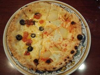 トマトとオリーブ、ジャガイモの2種類ピザ