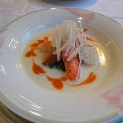 オマール爪と旬の魚介と春野菜のナージュ 蕪とパプリカのスープ仕立て