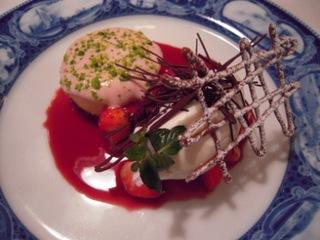 赤いフルーツ類とホワイトチョコレートのソルベ赤ワインソース