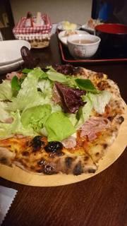 生ハムと季節の野菜ピザ