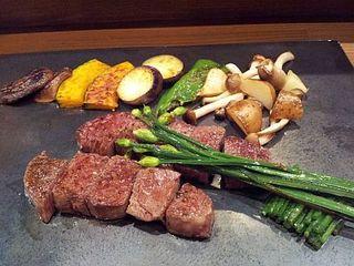"""""""味彩牛""""のフィレ肉と野菜の鉄板焼き"""