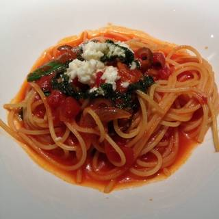 モッツァレラとバジルのトマトソースのパスタ