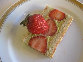 苺とピスタチオのケーキ