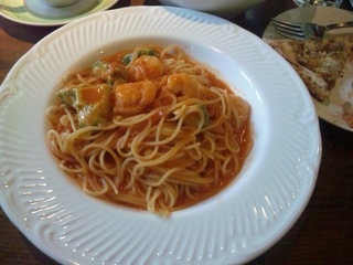 アボガドとエビのトマトクリームソースパスタ