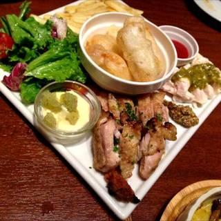 大山鶏プレート(モモ肉のグリル・ムネ肉のフリット・ササミのタタキ)