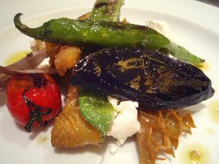 カリッと揚げたトリッパと焼き野菜のサラダ