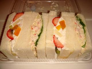 たらばがにとフルーツのサンドイッチ
