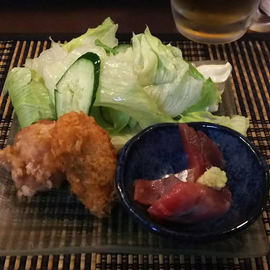 本日のお通しカキフライと唐揚げとかつお!野菜もいっぱい!