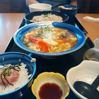 黒酢酸辣麺とミニまぐろ丼のセット