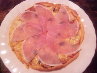 キノコと生ハムのピザ