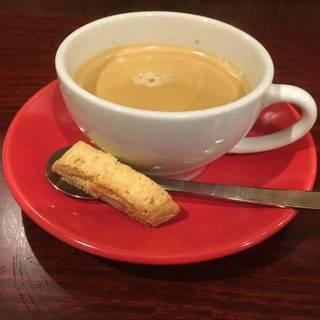 ビスコッティ付きのコーヒー