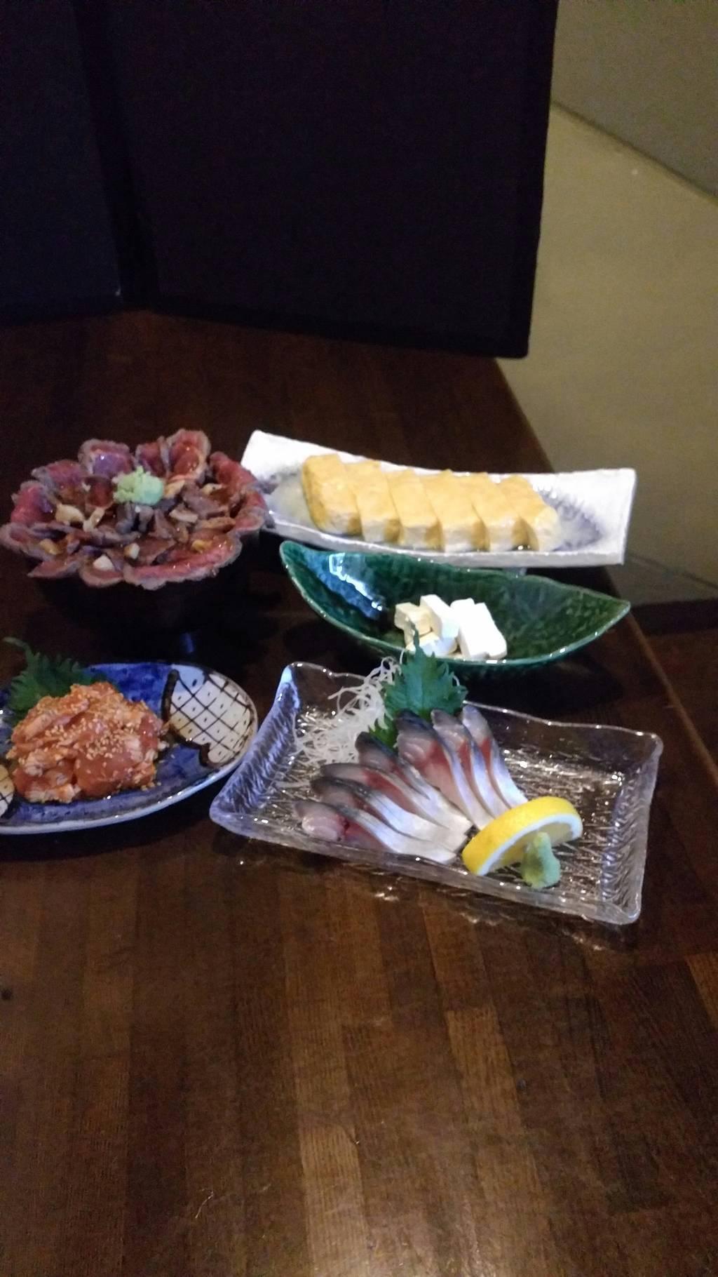 しめたてしめ鯖、出汁巻き玉子、牛たたき丼、ささ身たたきキムチ和え、自家製クリームチーズ純米酒粕漬け