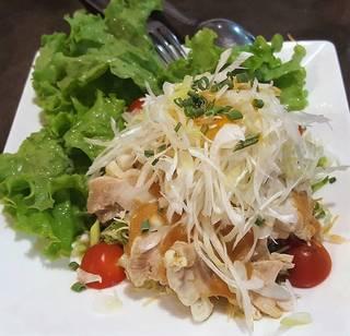 蒸し鶏と胡麻ソースの生野菜サラダ