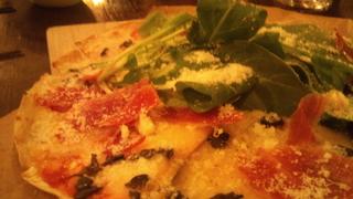 生ハムとルッコラ、玉子のピザ