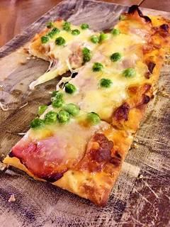 春野菜とベーコンのピザ