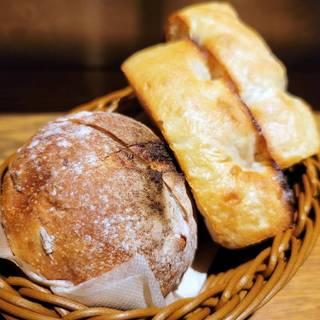 フォカッチャとライ麦パンの盛り合わせ