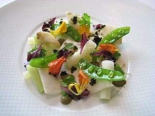 薄切りアワビと春野菜のサラダ コライユのソースとオセトラキャビア