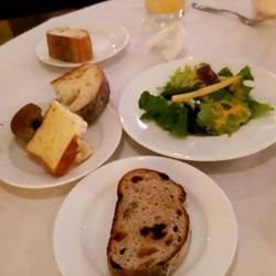 パンの食べ放題&ランチメニューのサラダ