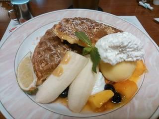 トロピカルマンゴーとココナッツソースのワッフル