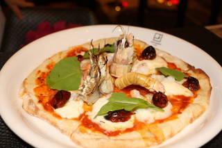 手長海老と水牛モッツァレラチーズのトマトソースピザ