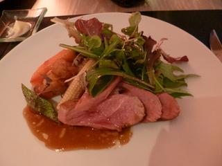 シャラン産鴨胸肉のロースト ポテトのリヨネーズ風とサラダと共に