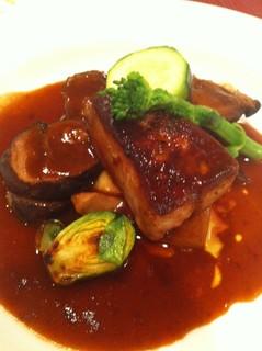 シャラン産鴨もも肉の赤ワイン煮とフォワグラのココット仕立て