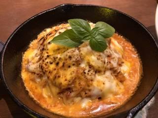 鉄板焦がしチーズのトマトパスタ