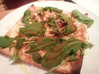 アンチョビとルッコラのピザ