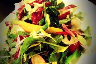 野菜がたっぷり入った和食サラダ