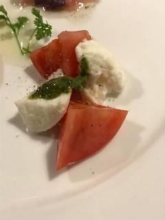 完熟トマトとモッツァレラチーズのカプレーゼ(前菜盛り合わせ)
