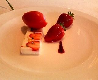 レアチーズ イチゴのシャーベット添え