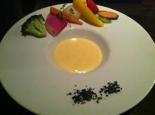 季節野菜のバーニャカウダー チーズフォンデュースタイル 炭塩のアクセント